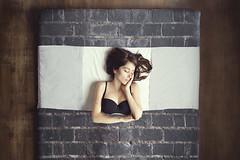 Cierra la puerta al salir (ngela Burn) Tags: cama bed bricks window sleepy girl sleepyhead self