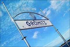 GRMITZ (C.Kalk DigitaLPhotoS) Tags: grmitz schild sign metall shiny glnzend glanz sky himmel outdoor wolken clouds metal blau blue