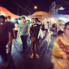 เวลาหยุดหมุนรอบๆตัวของชายคนนี้ @pchastudio #pchastudio #soponphotography #pixelbx #chiangmai #ถนนคนเดิน #วัวลาย