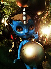Neytiri helping with the baubles.