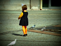 (malidinapoli) Tags: street girl pigeon mdchen meisje wroclaw oldfashioned schleife altmodisch strikje