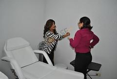 DSC_0107.JPG Nora Ibarra explicando a una de sus clientas el procedimiento de la cavitación.
