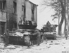 "American soldiers and two wrecked Flakpanzer  Pz.IV ""Wirbelwind"". (Krueger Waffen) Tags: se war tank wwii armor wreck armored wrecked waffenss flak tanks panzer secondworldwar afv worldwartwo antiaircraft wehrmacht sdkfz germantank pzkpfw selfpropelledgun flakpanzer germanarmor destroyedtank secondworldwartanks worldwartwotanks"