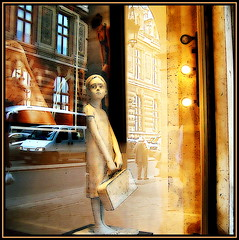 Dreaming of her Future while she's waiting for the Bus (Pifou 2010) Tags: street light sculpture paris france reflection art colors magasin couleurs lumiere boutique storewindow figurine stores rues reflets palaisroyal 2012 vitrines gerardbeaulieu pifou2010 storesdisplays berithildre dreamingofherfuturewhilesheswaitingforthebus