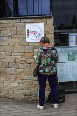 Touriste au pied du mur (chando*) Tags: bretagne brittany femme finistre officedutourisme people roscoff streetphotography tourismoffice tourist touriste woman