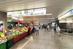 Frankfurt am Main - U-Bahn-Station Konstablerwache, Mai 2009 (CocoChantre) Tags: bahnverkehr deutschland europa frankfurtammain hessen innenstadt konstablerwache obststand ubahnstation verkaufsstand verkehr welt zeil