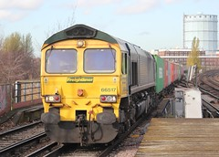 Freightliner Ltd . 66517 . Wandsworth Road Station , London . Friday 23rd-November-2012 . (AndrewHA's) Tags: london train kent gm grain railway loco 66 container crewe fred service locomotive wandsworthroad generalmotors freightliner class66 thamesport southlondonline 66517 4o86