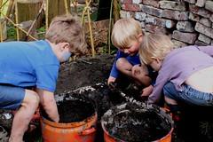 brouwsel voor modderballen (merciekes) Tags: cis tuin vrienden buitenspelen speelnatuur