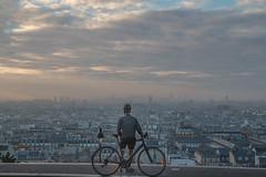 grimpeur (Paulo.C.Neves) Tags: paris montmartre velo soleil lev aurore crepuscule butte cycliste byke pollution