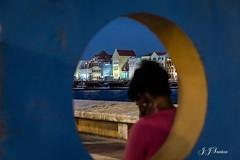 """""""Reflexo"""" (JJSantosphoto) Tags: reflexo jjsantos jjsantosphoto punda curacao caribe buraco pessoa mar oceano casas arquitetura ponte canon arlivre viagem travel"""