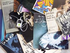 Toda nuestra coleccin de viejos LPs cabe en ese pequeo aparatito  - Reto Tiempo (Micheo) Tags: retotiempo lps mp4 discos vinilos cantantes memories recuerdos elblogdelfotografo musica music pasado past time tiempo retook raimon serrat joanbaez progres thebeatles eltonjohn mecano thewho tommy opera