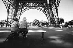 couple at the Eiffel tower (RuinOfDecay!) Tags: france frankreich canon canoneos60d 1018mm couple paar eiffelturm eiffeltower paris europe europa blackandwhite bw sw schwarzweis street streetfotografie streetphotography love cityoflove passanger bank sitting ruinofdecay ruinodecay
