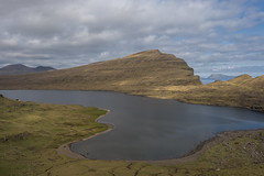 The Lake on the Edge (Aymeric Gouin) Tags: faroe faroeislands fro ilesfro froyar vgar sorvagsvatn lake lac water eau nature landscape paysage paisaje landschaft cliff falaise europe northerneurope olympus omd em10 travel voyage hike randonne aymgo aymericgouin