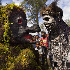 Skeleton Tribe Woman And Giant Rat Character During Mount Hagen Sing Sing Cultural Show, Mt Hagen, Western Highlands, Papua New Guinea (Eric Lafforgue) Tags: travel people color tourism dead outdoors death highlands rat day theatre decoration performance makeup tribal jewellery png bodypainting ornate tribe papuanewguinea performer humanbody traditionalculture adornment singsing papu skelton oceania traditionalclothing 巴布亚新几内亚 southpacificocean traveldestinations pacificislander papuaneuguinea papuanuovaguinea パプアニューギニア artscultureandentertainment indigenousculture papuan hagener papouasienouvelleguinée papuaniugini papoeanieuwguinea papuásianovaguiné papuanyaguinea traditionalceremony unrecognizableperson ceremonialmakeup παπούανέαγουινέα папуановаягвинея wahgivalley papúanuevaguinea 巴布亞紐幾內亞 巴布亚纽几内亚 巴布亞新幾內亞 paapuauusguinea ปาปัวนิวกินี papuanovaguiné papuanováguinea папуановагвинеја папуановагвинея papuanowagwinea papuanugini papuanyguinea 파푸아뉴기니 a0008814