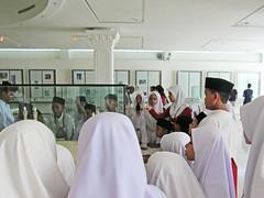 Den glada skolklassen på museet / The cheerful school class at the museum (srchedlund) Tags: canonpowershots95 schoolclass islamicartsmuseum teacher kualalumpur malaysia
