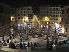 Piazza di Spagna, Roma (Francisco Arago) Tags: plaza people urban copyright rome roma night pessoas francisco europa europe italia photographer nightshot piazzadispagna noturna noite urbana piazza turismo ponto oldbuilding fotgrafo plazadeespaa allrightsreserved prdios lazio turistas fotonoturna edifcios escadaria turistico luminrias prediosantigos viadelbabuino cidadehistrica uniao escalinata praadaespanha pontoturistico europeia aragao pontodeencontro fontanadellabarcaccia pontoturstico laescalinata velhomundo peesoas canong10 cidadeeterna franciscoarago velhocontinente todososdireitosreservados
