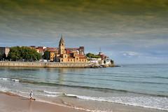10:38_am (JC Arranz) Tags: españa arena asturias ciudad cielo costa arquitectura mar olas gijón gentes cantábrico