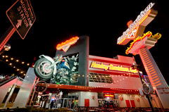 Harley Davidson Cafe Las Vegas Strip (Edwin Vriethoff) Tags: street vegas windows vacation food holiday building wheel sign retail bar night lights restaurant evening store cafe neon lasvegas terrace tripod escalator diner harley patio strip seats motorcycle motor monorail davidson edwin barbque harleydavidsoncafe nadir sigma1020 windfans