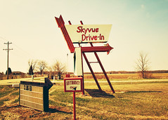Skyvue (SOMETHiNG MONUMENTAL) Tags: summer sign canon vintage movie newcastle closed theater indiana retro drivein arrow roadsideamerica g11 somethingmonumental mandycrandell skyvuedrivein