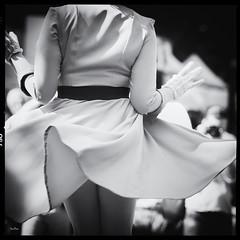 Un peu de folie !!! (Des.Nam) Tags: nb noiretblanc nikon nord nordpasdecalais bw blackwhite bthune bthunertro2016 monochrome mono robe dress carr square desnam d800 rtro vintage girl glamour 70200f28