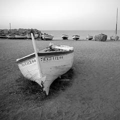 barca solitria (jubany m) Tags: vilassar barca bn jubany 2016 mar