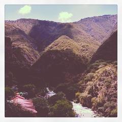 Ro entre montaas. Sombras hechas por las nubes. #FotoDelDa #HazFoto #LaFotografaEsMiLenguaje #Landscape #Mxico #Viajando #Montaas (sandybeluga) Tags: instagramapp square squareformat iphoneography uploaded:by=instagram 1977