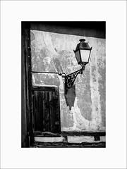 Lampadaire et son ombre (Guillaume et Anne) Tags: bouxwiller france alsace pays hanau strasbourg canon 6d f2 noiretblanc bw street city 135mmf2 135 135mm ef135