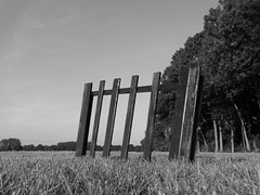 Passage (drager meurtant) Tags: hindrance gate meadow dragermeurtant installation