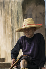 Old hatter (Oscar Tarneberg) Tags: china portrait hat canon river purple guilin yangshuo steps oldman walkingstick  guanxi   dragonbridge yulongriver 70300l 5dmkiii 5d3