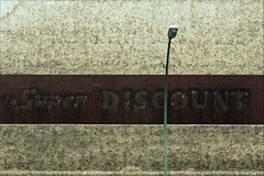 super discount (micagoto) Tags: guessedberlin gwbslomotion berlin neukölln hermannstrase superdiscount discount werbung advertisment d7000 bogenlampe topv111
