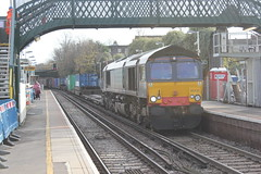Freightliner Ltd . 66420 . Wandsworth Road Station , London . Friday 23rd-November-2012 . (AndrewHA's) Tags: london train kent gm diesel grain leeds railway 66 container fred service locomotive freight wandsworthroad generalmotors freightliner class66 thamesport southlondonline 66420 4e24