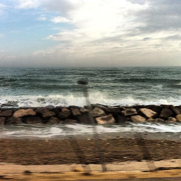 Oggi lo stesso mare di ieri, dal treno al ritorno. Ma oggi il mare è un po' arrabbiato.