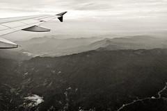 3.082 - (Ricardo Cosmo) Tags: sky bw mountains clouds airplane flying high wing pb cu bn nuvens asa avio olympuspen alto montanhas voando volando sobrevoando ricardocosmo mzuikodigital