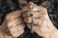 El poder de la fe (SinRaquel) Tags: manos mujer religin edad rezar cruz rosario