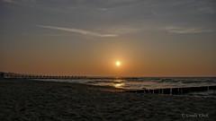 Sonnenuntergang am Strand von Zingst  / Sunset on the beach of Zingst (Oerliuschi) Tags: sky dmmerung sonne sun zingst ostsee stimmung sonnenuntergang strand wellen