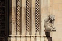 (B Plessi) Tags: visso macerata marche italia monti sibillino church glise chiesa poeta door colonne leone statue marmo marbre 2016