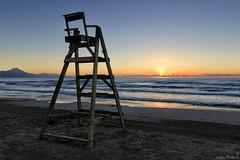 Vigilante del amancer - The Sunrise Watcher (jmpastorg) Tags: alicante españa spain sanjuan mar sea seascape waterscape sunrise amanecer 2016 1750 paisaje sol sun mediterraneo explore