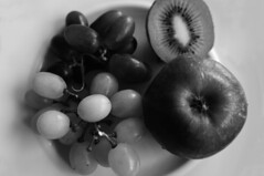 still life (Rosmarie Voegtli) Tags: bw stilllife apple fruit grapes kiwi apfel trauben früchte scavchal