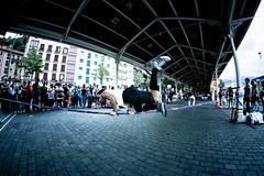 (a LARGE SPACE in a SMALL ROOM) Tags: street bridge sport canon grande bilbao fisheye balance juggler 8mm semana equilibrium acrobatic francescomarroneph