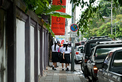 Thai schoolgirls (Le Petit King) Tags: china girl asia thai chiangmai 中国 oldcity 2012 女孩 泰国 亚洲 清迈 老城 老城区 chiangmaioldcity 2012familytrip 20121006 清迈老城