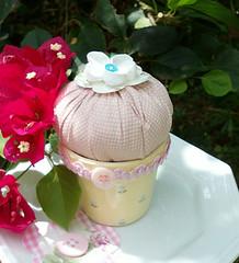 Cupcake de Patchwork e Ceramica (Artemanhas por Daniela Lima) Tags: decoração alfineteiro cupcakeempatchworkecerâmica
