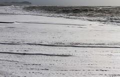 Changement de couleur (changing color) (Larch) Tags: tempte tempest plage beach ocean cume foam mer sea vague wave blanc white noir black ligne line changement changing