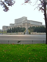 Romanian Palace of Parliament - The second largest building in the world (Ramona R***) Tags: plaza autumn trees building tree green fall grass leaves arquitetura architecture alberi automne square big arquitectura arboles place arbres romania otoo toamna parlament 1001nights parlement autunno bucharest btiment gebude architettura palast bucuresti rumania romanian palacio roumanie casadelpopolo bucarest frhjahr construo gazon noclassique brazi frunze neoclsico izvor casapoporului palat cladire casadelpueblo palatulparlamentului neoclassico palaceofparliament piataconstitutiei neoclassicalstyle casadopovo lamaisondupeuple palaciodelparlamento 1001nightsmagiccity thepeopleshouse parlamentulromaniei neoklassischen edificiodelpueblo stilneoclasic dasvolkshaus