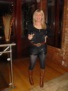 image Blondine in latex leggings geil in die fotze gefickt