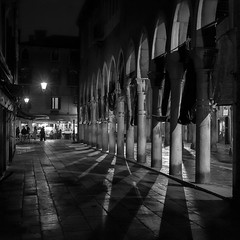fish market at night (Blende1.8) Tags: venice shadow night nikon shadows nacht fishmarket schatten fischmarkt säulen vendig nightfoto d700 stealingshadows