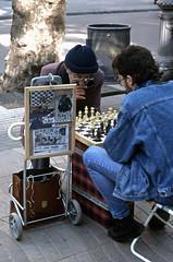 AJEDREZ EN LAS RAMBLAS (Manel Armengol C.) Tags: barcelonaprovincia barcelona catalunya catalonia catalua 90s espaa spain westerneurope southerneurope lasramblas ramblasdebarcelona rambladebarcelona lesrambles ajedrez escacs juego barcelonacatalunya