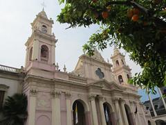 """Salta: la Plaza 9 de Julio, sa cathédrale et ses mandariniers <a style=""""margin-left:10px; font-size:0.8em;"""" href=""""http://www.flickr.com/photos/127723101@N04/28747114363/"""" target=""""_blank"""">@flickr</a>"""