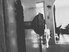 cellar door. (oguideon) Tags: foco maçaneta porta door bw pb