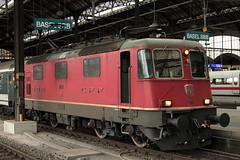 SBB Lokomotive Re 4/4 II 11193 bzw. Re 420 193 - 5 ( Hersteller SLM Nr. 4755 - BBC MFO SAAS - Baujahr 1969 ) am Bahnhof Basel SBB im Kanton Basel Stadt der Schweiz (chrchr_75) Tags: hurni160915 albumzzz201609september christoph hurni chriguhurni chrchr75 chriguhurnibluemailch september 2016 bahn eisenbahn schweizer bahnen zug train treno albumbahnenderschweiz2016712 albumbahnenderschweiz schweiz suisse switzerland svizzera suissa swiss juna zoug trainen tog tren  lokomotive  locomotora lok lokomotiv locomotief locomotiva locomotive railway rautatie chemin de fer ferrovia  spoorweg  centralstation ferroviaria albumsbbre44iiiii sbb cff ffs schweizerische bundesbahn bundesbahnen re44 re 44