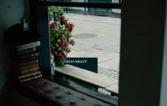 Juiceverket Klara (Trixi Skywalker) Tags: analogue stockholm sweden juiceverket juicebar coffee cappuccino minimal minimalistic rustic books tote bag window fruit vegetables avocado poster ginger lamp flower canon av1 50mm 18 film kodak gold 200